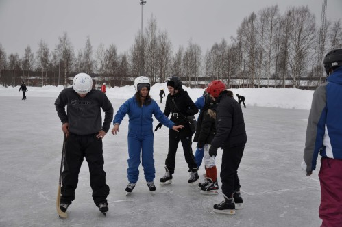 The Swedish and the Romanian CREW have fun with ski and skating in PE lessons with Erik and Katarina.