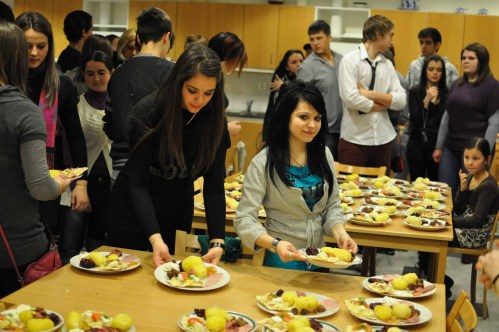 Home Economics at Kanalskolan in Skellefteå, Sweden – the Swedish and the Romanian CREW cook a Swedish dinner together