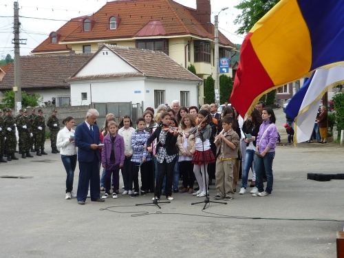 Europe Day 2010, Romania - Pupils playing violin and singing songs